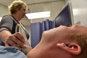 examine la thyroïde d'un patient simulé à la base aérienne